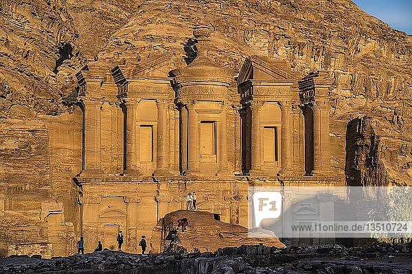 Besucher vor dem Felsentempel Kloster Ad Deir  Petra  Jordanien  Asien