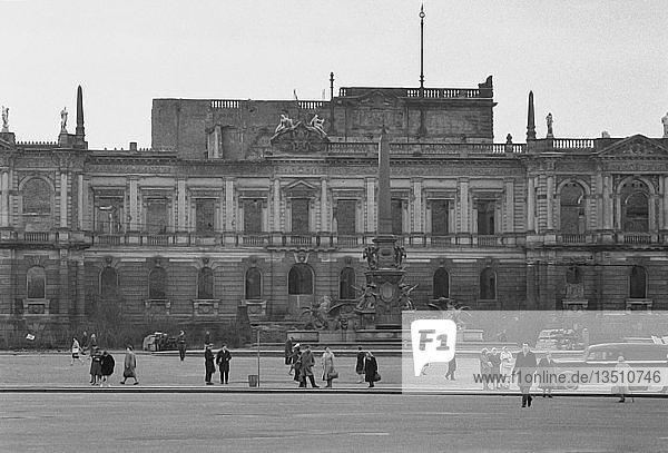 Ruine  Museum der bildenden Künste vor dem Abriss  abgerissen 1968  Karl-Marx-Platz heute Augustusplatz  Leipzig  Sachsen  DDR  Deutschland  Europa