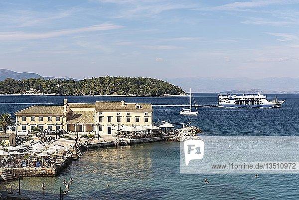 Faliraki Bad  Bucht  Restaurant  dahinter die Insel Vido  Kerkyra  Insel Korfu  Ionische Inseln  Griechenland  Europa