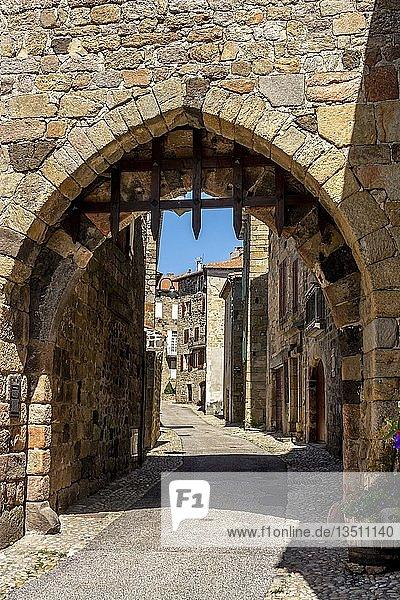 Eingangsportal von Pradelles  les plus beaux villages de France am Stevenson Trail  Departement Haute-Loire  Auvergne Rhone Alpes  Frankreich  Europa