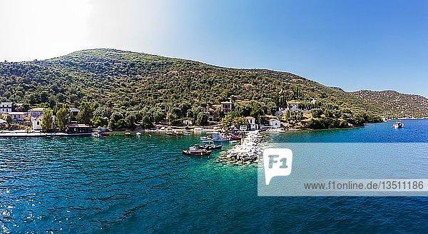 Luftaufnahme  Fischerdorf und Bucht von Kottes  Trikeri-Milina  Region Volos  Meerenge von Trikiri  Halbinsel Pilion  Pagaitischer Golf  Griechenland  Europa