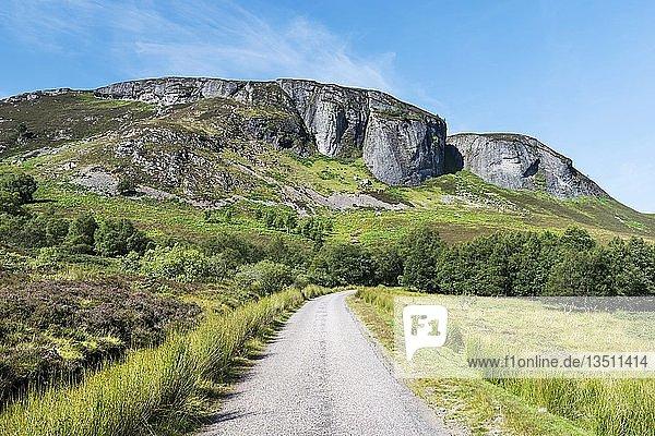 Single Track Road in den North West Highlands  Schottland  Großbritannien  Europa