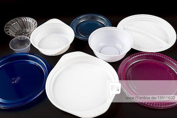 Plastikteller  Plastikgeschirr  Einweggeschirr  Plastikabfälle  verschiedene Formen und Farben