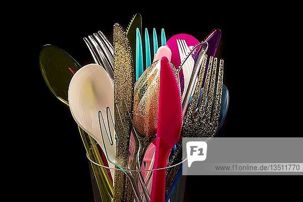 Plastikbesteck  Einwegbesteck  Messer  Gabeln  Löffel  Plastikmüll  verschiedene Farben  Arten