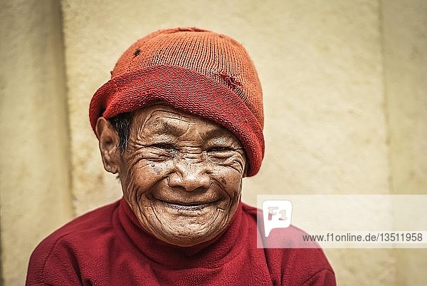 Lachende Frau mit Mütze  Bandipur  Kathmandu Tal  Nepal  Asien