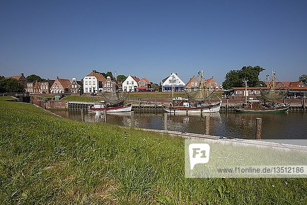 Giebelhäuser  Krabbenkutter  Hafen  Greetsiel  Krummhörn  Ostfriesland  Niedersachsen  Deutschland  Europa