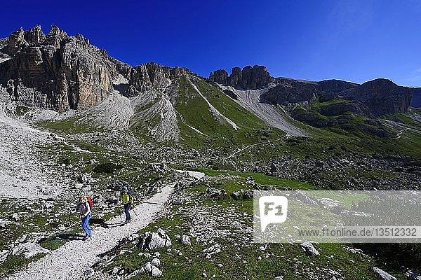 Wanderer auf der Südseite der Drei Zinnen auf dem Weg von der Auronzo-Hütte zur Büllele Joch-Hütte  Sextener Dolomiten  Hochpustertal  Südtirol  Italien  Europa