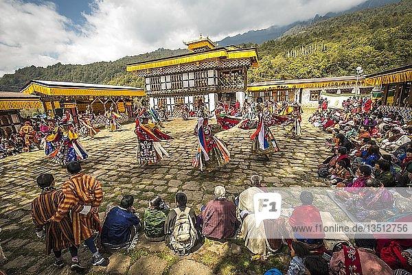 Tänzer beim Maskentanz  religiöses Tsechu Klosterfest  Gasa Tshechu Festival  Gasa Distrikt  Himalaya-Region  Königreich Bhutan Tänzer beim Maskentanz, religiöses Tsechu Klosterfest, Gasa Tshechu Festival, Gasa Distrikt, Himalaya-Region, Königreich Bhutan