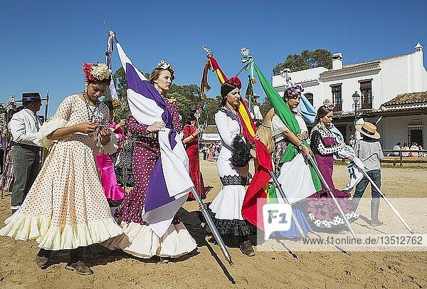 Junge Frauen in bunten Kleidern  Pfingsten  Wallfahrt von EL Rocio  Huelva-Provinz  Andalusien  Spanien  Europa