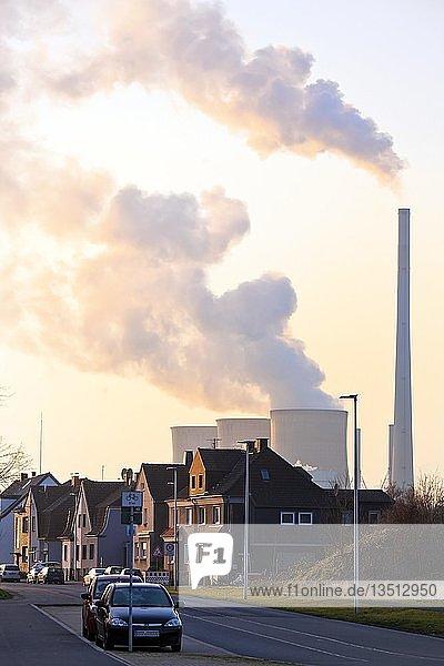Wohnsiedlung mit dem Kraftwerk Gersteinwerk  Hamm  Ruhrgebiet  Nordrhein-Westfalen  Deutschland  Europa
