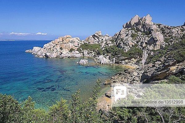 Kleine Badebucht umrahmt von Granitfelsen bei Capo Testa  Santa Teresa di Gallura  Sardinien  Italien  Europa