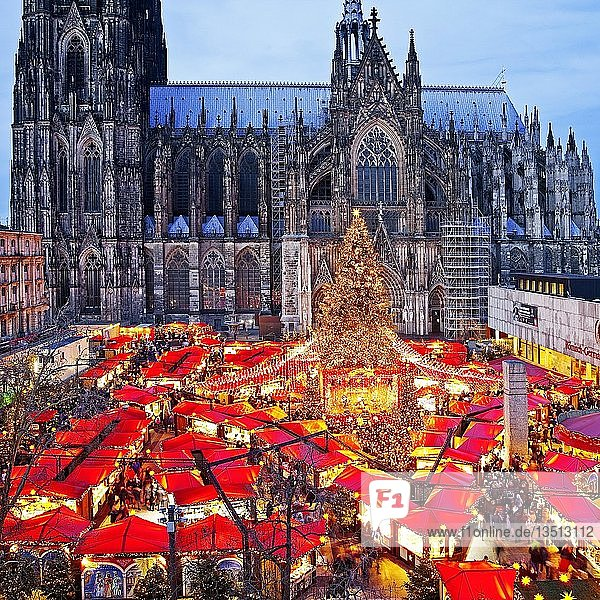 Weihnachtsmarkt am Kölner Dom am Abend  Köln  Nordrhein-Westfalen  Deutschland  Europa