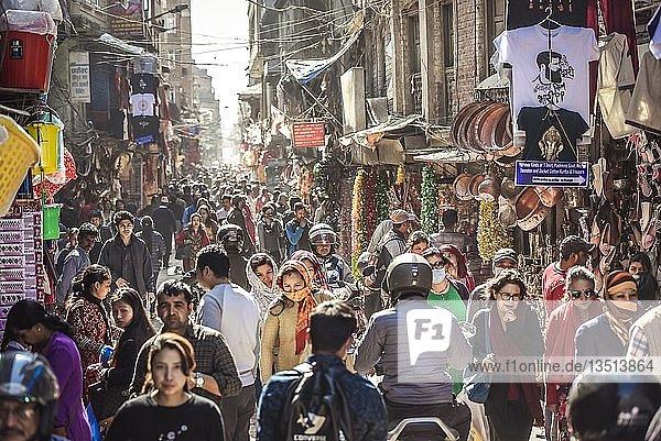 Menschenmassen in der Altstadt von Kathmandu  Nepal  Asien