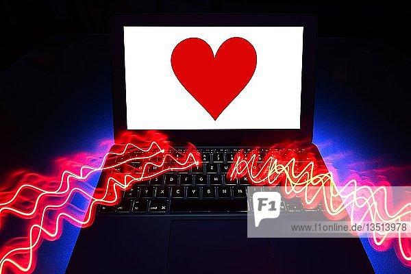 Symbolbild Partnerschaftsvermittlung  Dating Agentur  rotes Herz auf Bildschirm eines Notebook  Baden-Württemberg  Deutschland  Europa