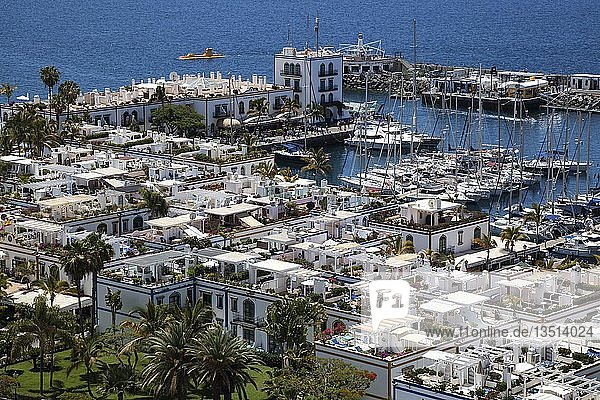 Ausblick vom Mirador Mogan auf Ort mit Jachthafen  Puerto de Mogan  Gran Canaria  Kanarische Inseln  Spanien  Europa