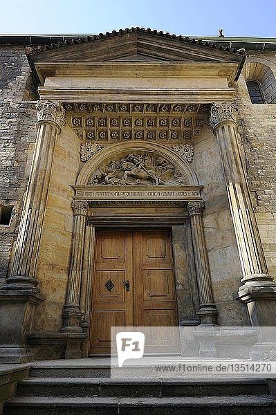 Seitentor  St.-Georgs-Basilika  Prager Burg  Hradschin  Prag  Böhmen  Tschechien  Tschechische Republik  Europa