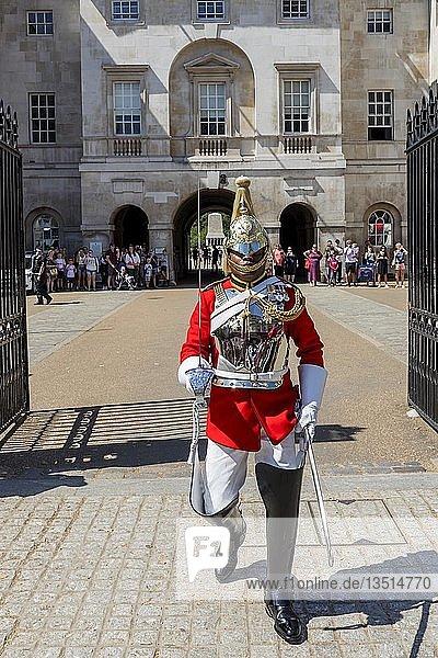 Soldat des berittenen Regiments  der Household Cavalry Mounted Regiments  Wachablösung vor dem Gebäude des Horse Guards  London  Großbritannien  Europa