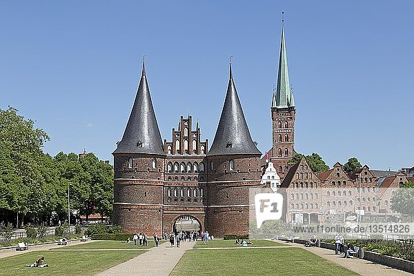 Holstentor  Petrikirche und Salzspeicher  Lübeck  Schleswig-Holstein  Deutschland  Europa