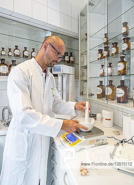 Apotheke  Apotheker stellt ein individuelles Medikament  im Labor  nach ärztlicher Anweisung her  Deutschland  Europa