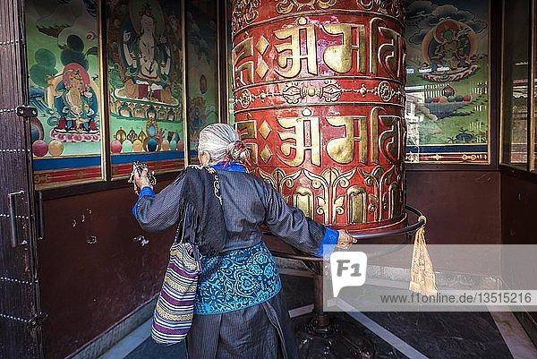 Buddhistin dreht an Gebetsmühle  Boudhanath Stupa  Boudha  Tibetischer Buddhismus  Kathmandu  Nepal  Asien