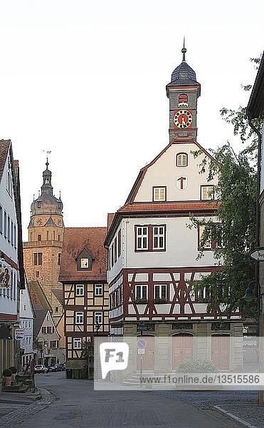 Schlossstraße  Altes Rathaus  dahinter die Stadtkirche  Neuenstein  Hohenlohe  Baden-Württemberg  Deutschland  Europa