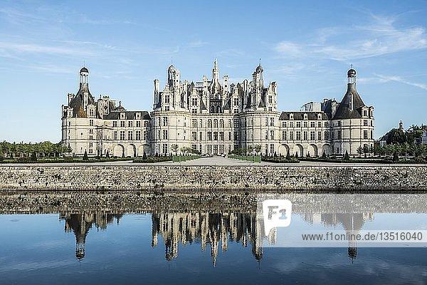 Schloss Chambord  Nordfassade mit Wassergraben  UNESCO-Welterbe  Loire  Department Loire et Cher  Region Centre  Frankreich  Europa