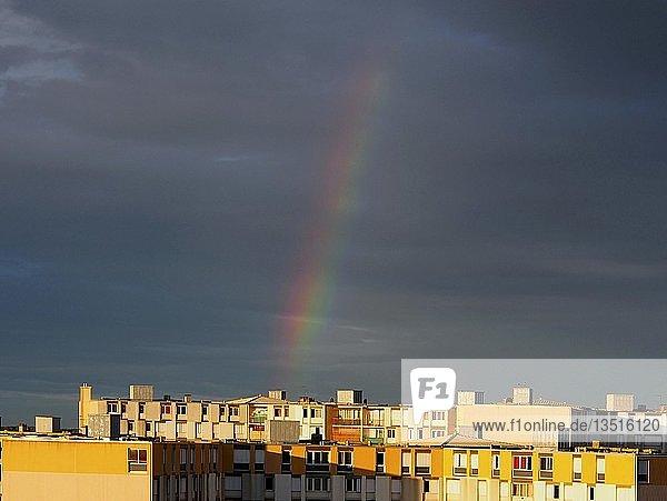 Regenbogen über Stadtansicht  südlich von Frankreich