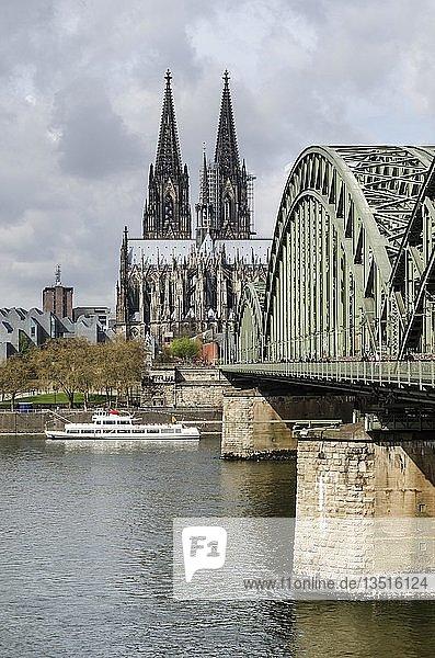 Blick über den Rhein mit der Hohenzollernbrücke und dem Kölner Dom  Köln  Nordrhein-Westfalen  Deutschland  Europa