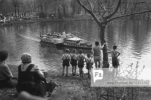 Im Clara-Zetkin-Park  1955  Leipzig  Sachsen  DDR  Deutschland  Europa