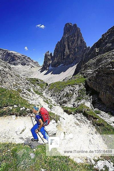 Wanderin kurz vor der Zsigmondy oder Comici-Hütte  dahinter der Gipfel des Einser  Sextener Dolomiten  Hochpustertal  Südtirol  Italien  Europa