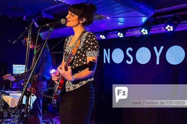 Das niederländisch-deutsche Popduo Nosoyo mit Sängerin Donata Kramarz und Schlagzeuger Daïm de Rijke live in der Schüür Luzern  Schweiz  Europa