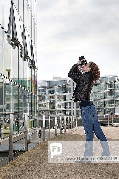 Fotografin im Medienhafen Düsseldorf  Nordrhein-Westfalen  Deutschland  Europa