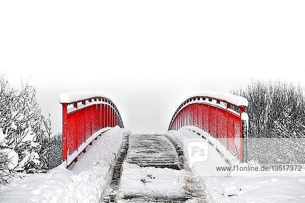 Rote Fußgängerbrücke im Schnee