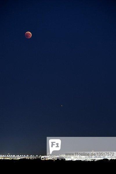 Mondfinsternis  Blutmond und Mars über dem Flughafen München  Oberbayern  Bayern  Deutschland  Europa