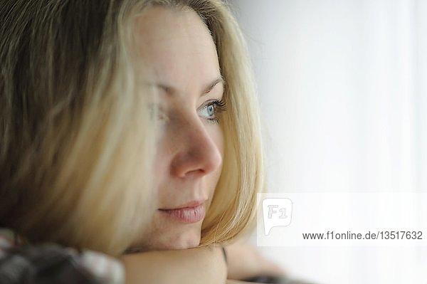 Junge Frau mit verträumtem Blick  Portrait