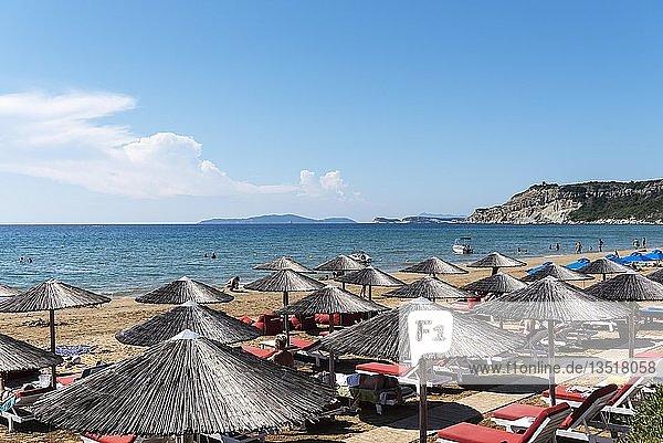 Sonnenschirme  Strand  Arillas  Insel Korfu  Ionische Inseln  Mittelmeer  Griechenland  Europa
