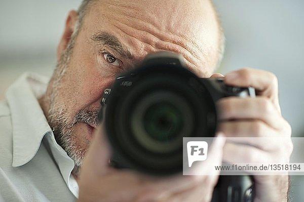 Fotograf mit Kamera  Portrait