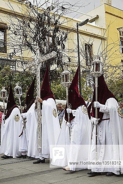 Büßer bei der Semana Santa Prozession  Karwoche  Sevilla  Andalusien  Spanien  Europa