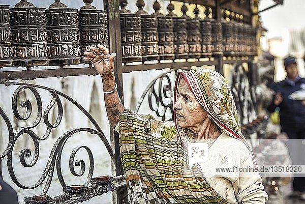 Frau dreht Gebetsmühle  Affentempel Swayambhunath  Kathmandu  Nepal  Asien