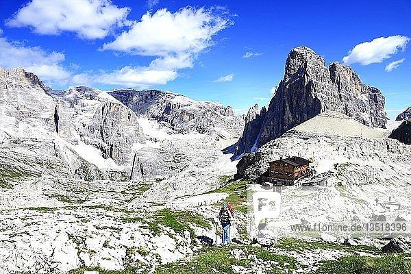 Wanderer oberhalb der Büllele-Joch-Hütte und dem Gipfel des Einser  Sextener Dolomiten  Hochpustertal  Südtirol  Italien  Europa