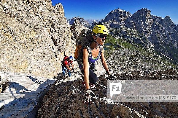 Wanderer im Klettersteig  Aufstieg auf den Paternkofel  Sextener Dolomiten  Hochpustertal  Südtirol  Italien  Europa