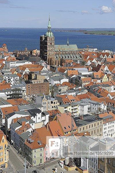 Blick von der Marienkirche über die Altstadt mit Nikolaikirche Hafen und Strelasund  Stralsund  Unesco Weltkulturerbe  Mecklenburg-Vorpommern  Deutschland  Europa  ÖffentlicherGrund  Europa