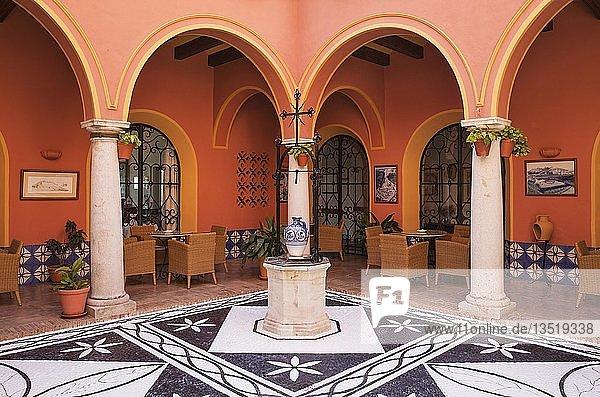 Innenhof des Parador  Luxushotel  weiße Stadt von Arcos de la Frontera  Cadiz-Provinz  Andalusien  Spanien  Europa