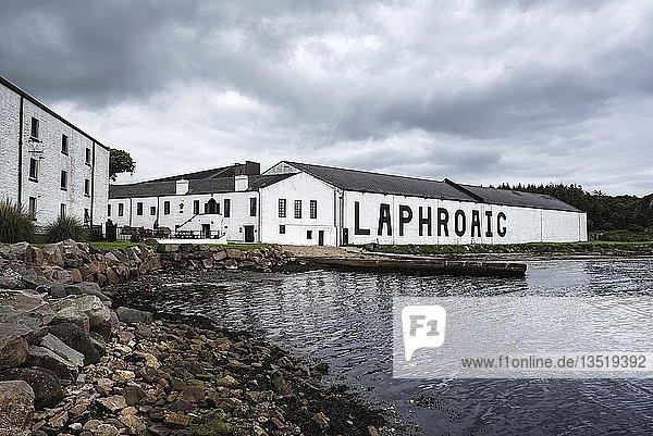 Lagerhaus der Whisky-Brennerei Laphroaig  Islay  Innere Hebriden  Schottland  Großbritannien  Europa
