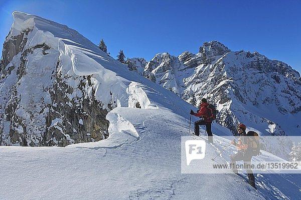 Zwei Bergsteiger im Winter bei einer Skitour  Schneewechten am Gipfelgrat zum Firzstock  hinten Mürtschenstock  Oberstalden  Glarner Alpen  Kanton Glarus  Schweiz  Europa