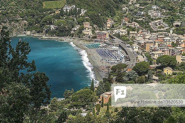 Blick von oben auf Strand und Ort Levanto  Riviera di Levante  Ligurien  Italien  Europa