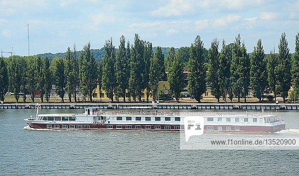 Ausflugsschiff auf dem Fluss Swina in Swinemünde  Westpommern  Polen  Europa
