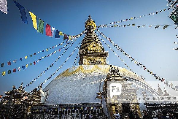 Buddhistischer Stupa  Gebetsfahnen  Affentempel Swayambhunath  Kathmandu  Nepal  Asien Buddhistischer Stupa, Gebetsfahnen, Affentempel Swayambhunath, Kathmandu, Nepal, Asien