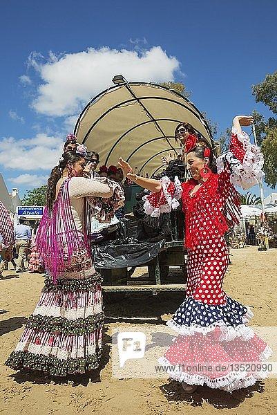 Frauen in bunten Kleidern  tanzen die Sevillana  Pfingsten  Wallfahrt von EL Rocio  Huelva-Provinz  Andalusien  Spanien  Europa