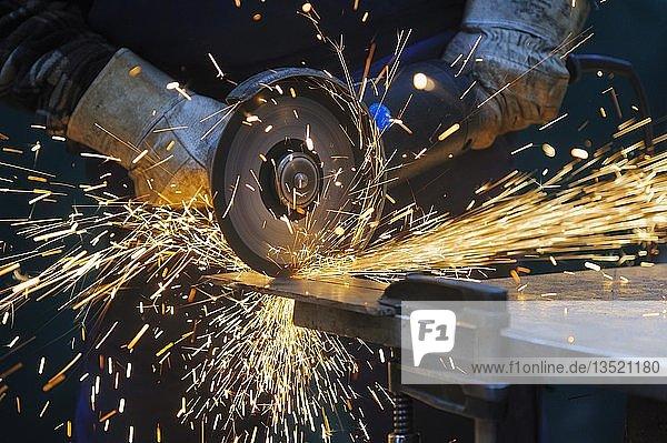 Das Durchtrennen einer Stahlplatte mit einem Trennschleifer